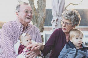 介護と子育てのダブルケア。「つらい!」を軽減するために知ってほしい保険の話